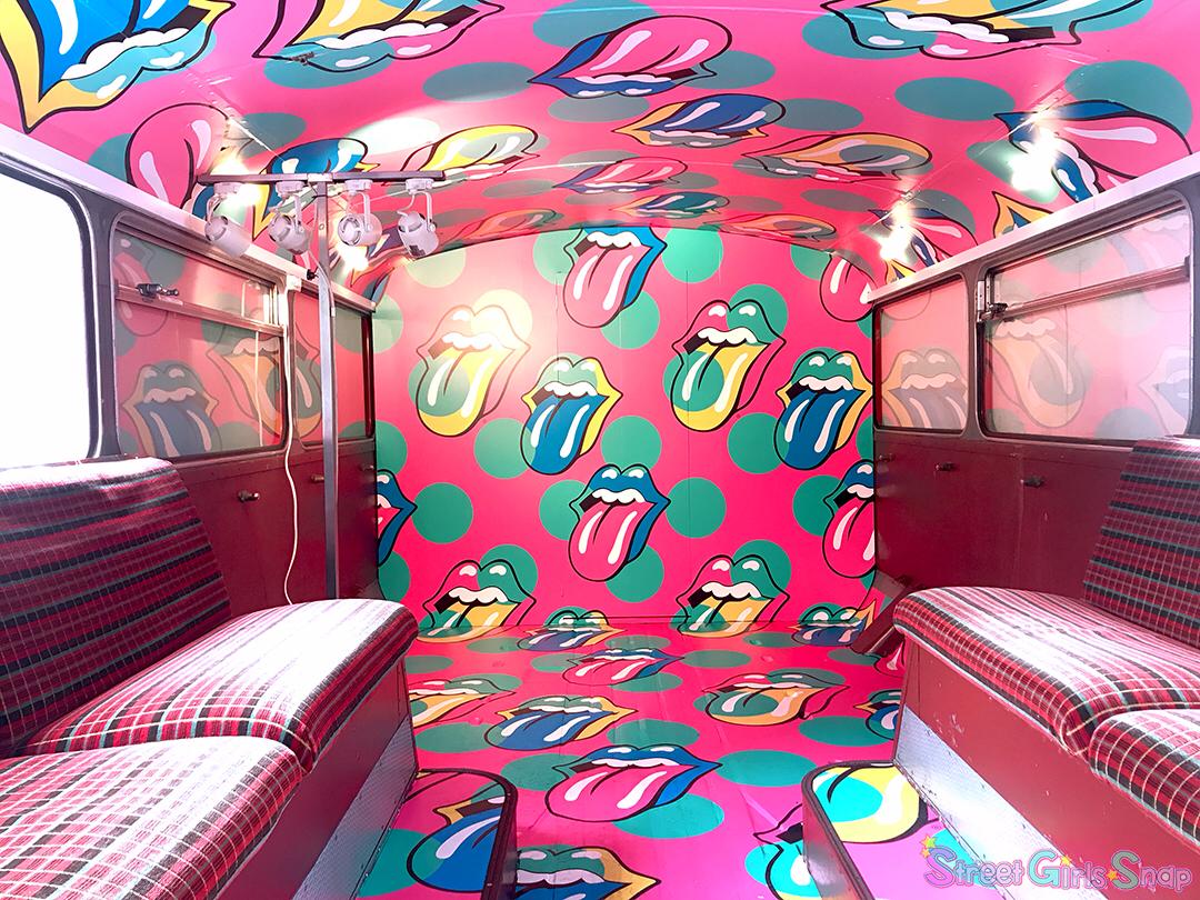 ロックな世界観のロンドンバス内部