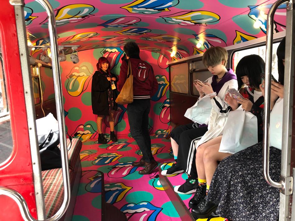 ロンドンバス内部を楽しむ様子